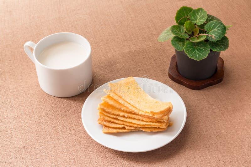 Pan curruscante cortado en el plato de cerámica blanco fotos de archivo libres de regalías