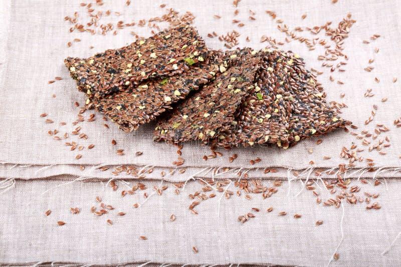 Pan curruscante del lino Galletas del biscote curruscante de las semillas de lino, de las semillas verdes del alforfón y de las c foto de archivo libre de regalías