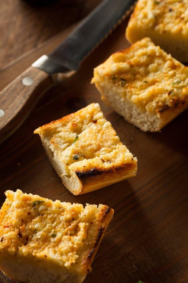 Pan de ajo caseoso hecho en casa imagen de archivo libre de regalías