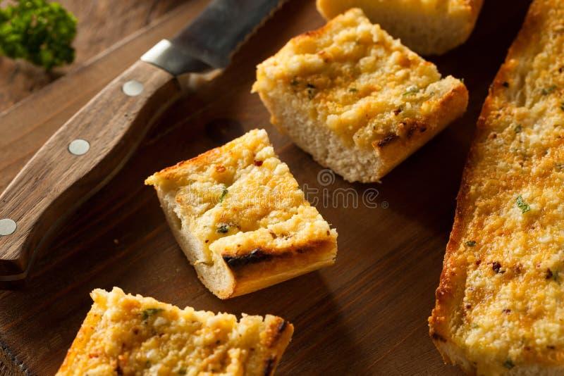 Pan de ajo caseoso hecho en casa imagen de archivo