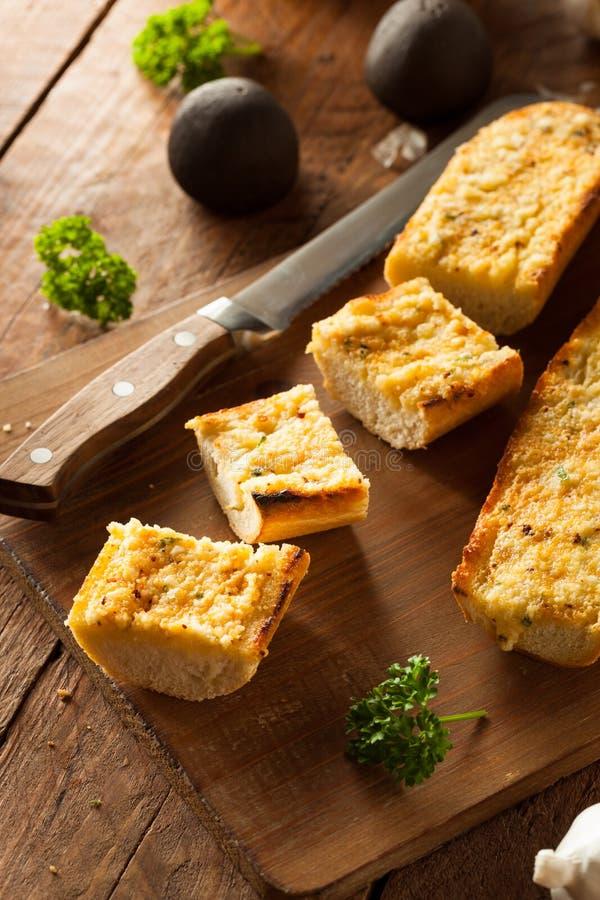 Pan de ajo caseoso hecho en casa imagenes de archivo