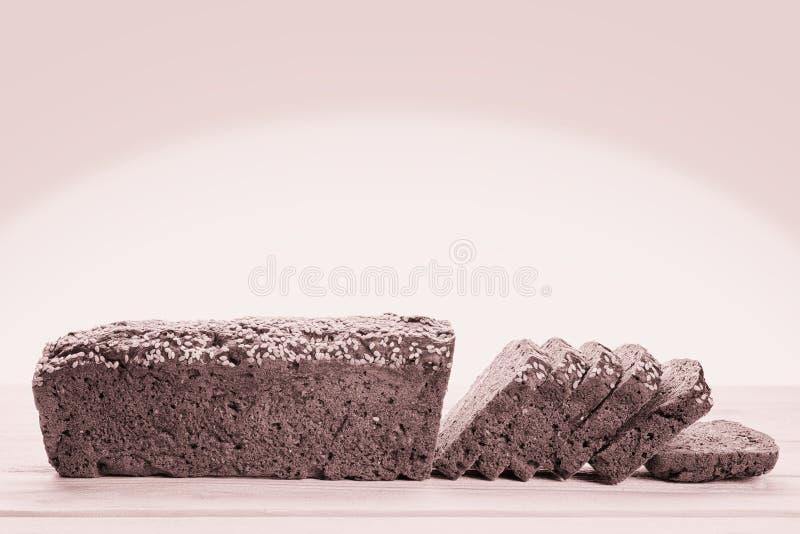 Pan de centeno cortado en vista lateral de la tabla de madera foto de archivo libre de regalías