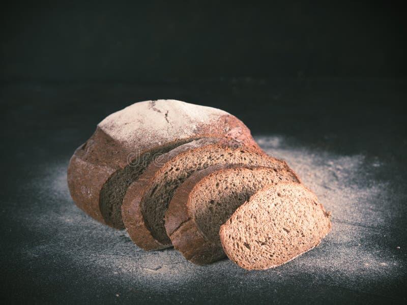 Pan de centeno hecho en casa cortado del pan amargo, espacio de la copia foto de archivo