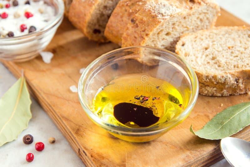 Pan de Ciabatta y aceite de oliva imagenes de archivo