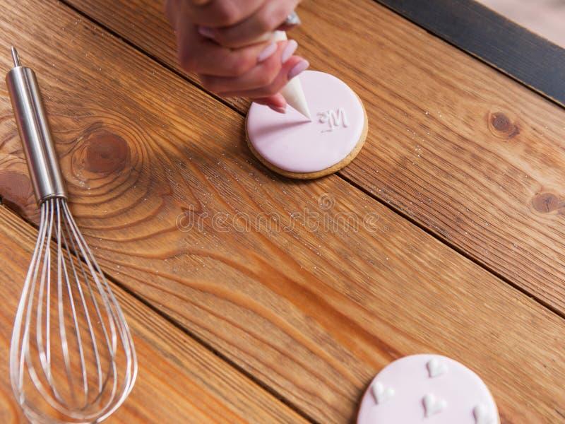 Pan de jengibre adornado en la opinión de sobremesa de madera imagenes de archivo