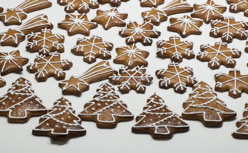 Pan de jengibre adornado hecho en casa en la forma del árbol de navidad, del copo de nieve y de estrellas en el fondo blanco fotografía de archivo libre de regalías