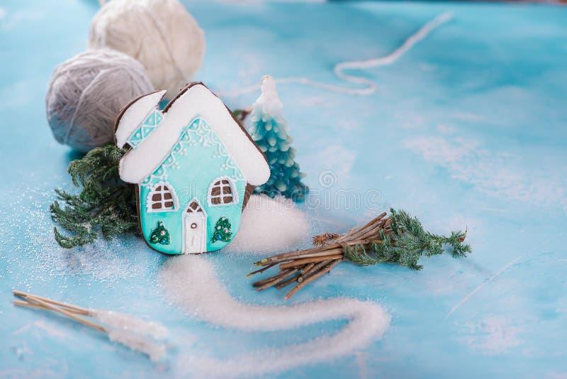 Pan de jengibre del pan de jengibre bajo la forma de casa adornada turquesa Azúcar y formación de hielo del azúcar En un fondo az fotografía de archivo
