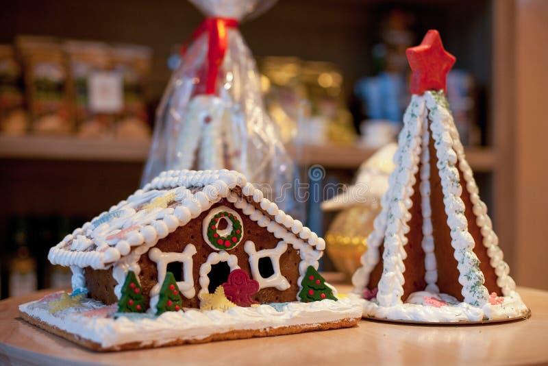 Pan de jengibre de la Navidad bajo la forma de house& foto de archivo