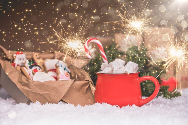 Pan de jengibre de la Navidad, bengalas y chocolate caliente con las melcochas fotos de archivo