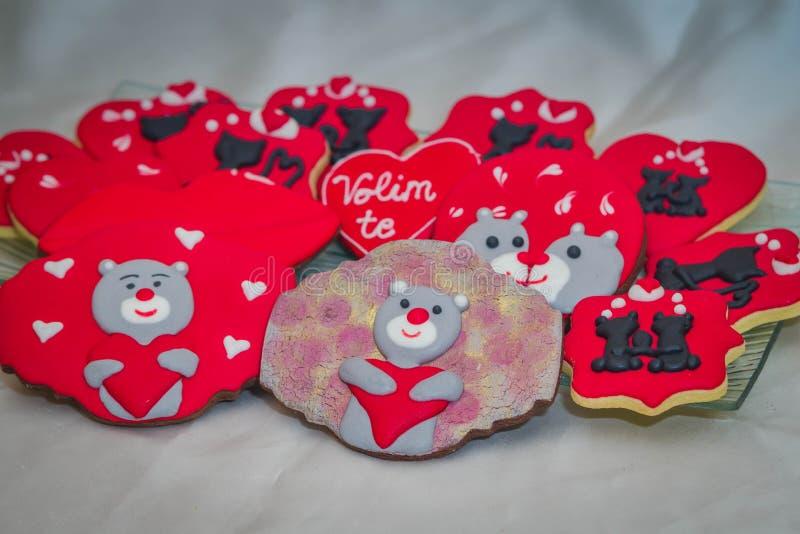 Pan de jengibre de las tarjetas del día de San Valentín con los gatos y los osos de peluche imagen de archivo libre de regalías