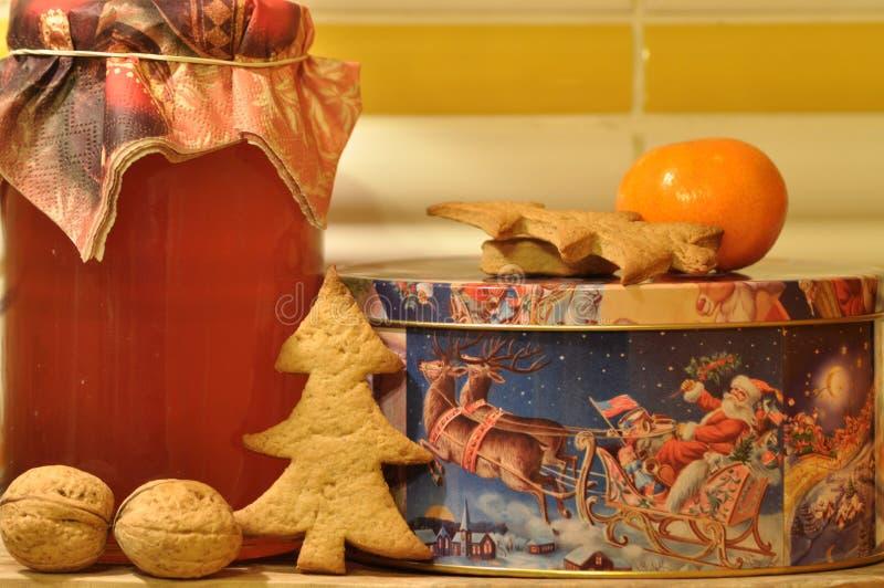 Pan de jengibre para la Navidad Miel y moldes para las tortas y las nueces foto de archivo libre de regalías