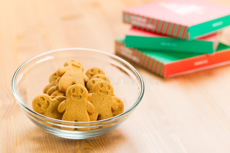 Pan de jengibre y regalo de la Navidad fotografía de archivo libre de regalías