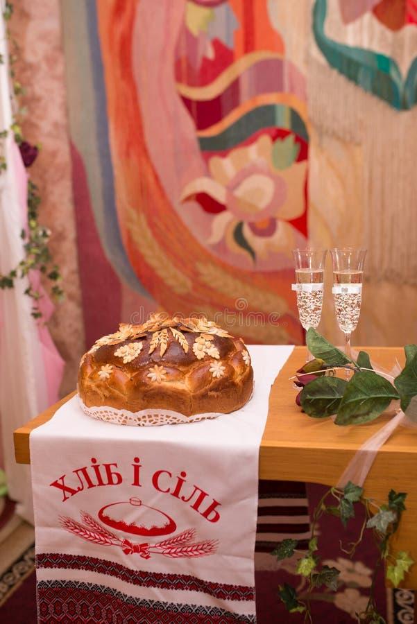 Pan de la boda del primer con las flores en una tabla Pan de la boda imágenes de archivo libres de regalías