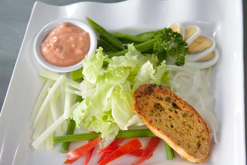 Pan de la ensalada en la placa lista para servir imagen de archivo