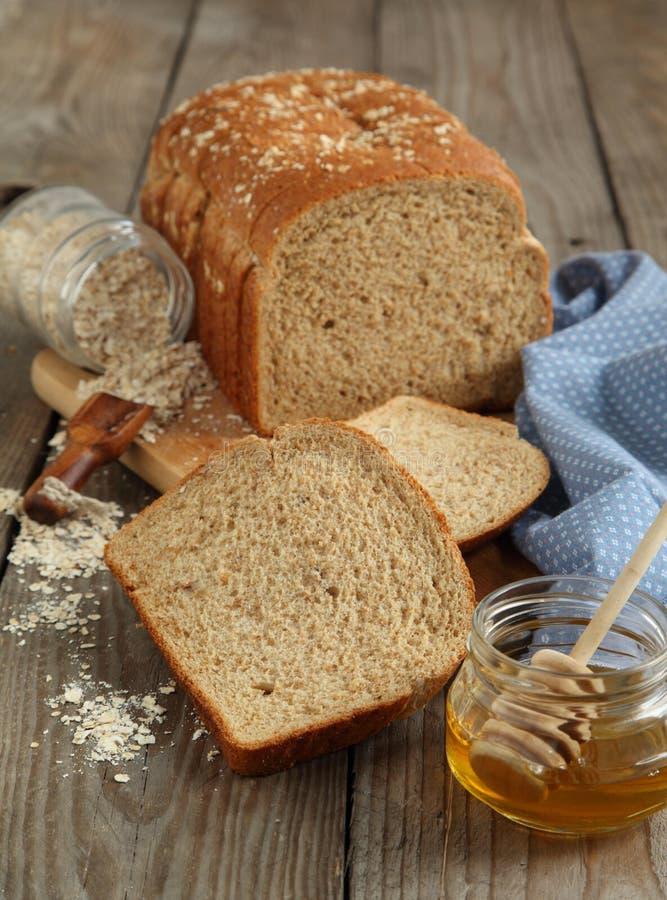 Pan de la harina de avena y de la miel imagenes de archivo