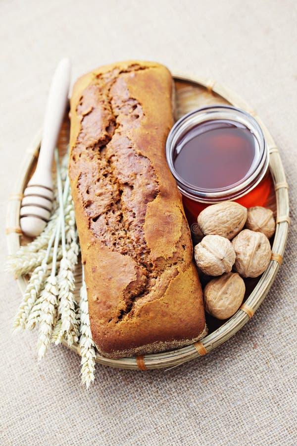 Pan de la nuez y de la miel fotografía de archivo libre de regalías