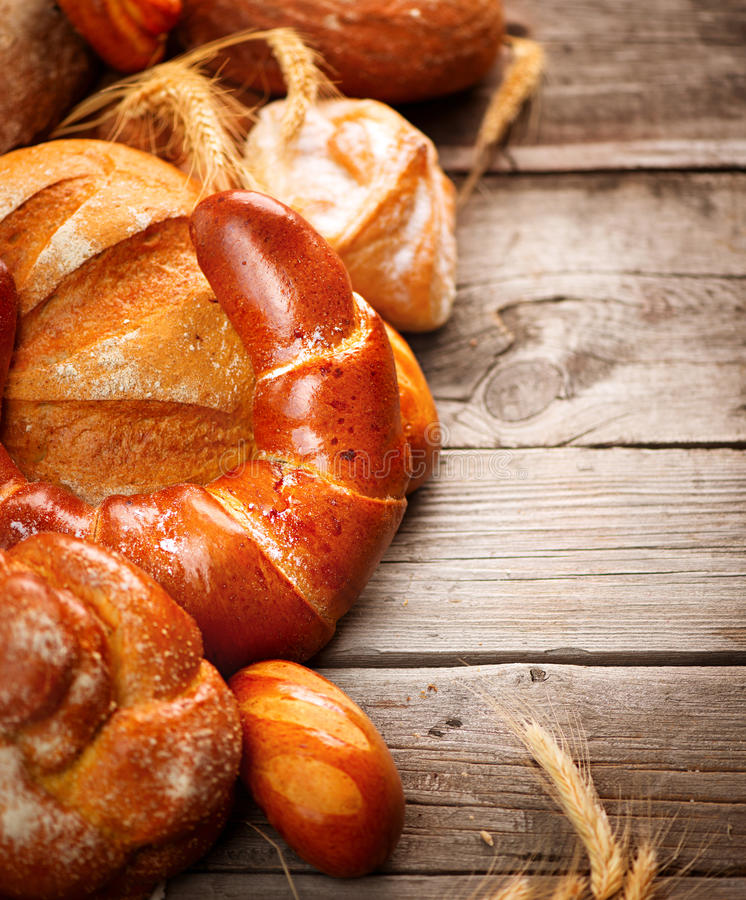 Pan de la panadería en una tabla de madera imagenes de archivo