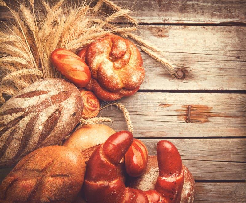 Pan de la panadería en una tabla de madera fotografía de archivo