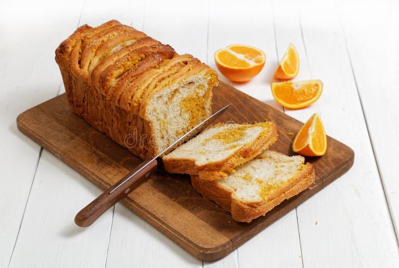 Pan de levadura hecho en casa con ánimo anaranjado y nueces imagenes de archivo