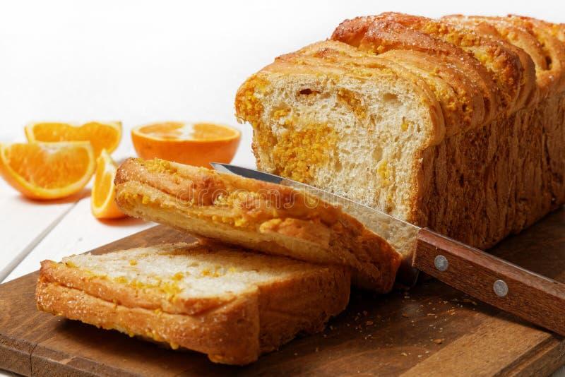 Pan de levadura hecho en casa con ánimo anaranjado y nueces fotos de archivo