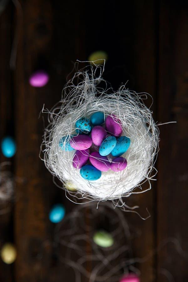 Pan de Pascua en los huevos de chocolate de Pascua imagenes de archivo
