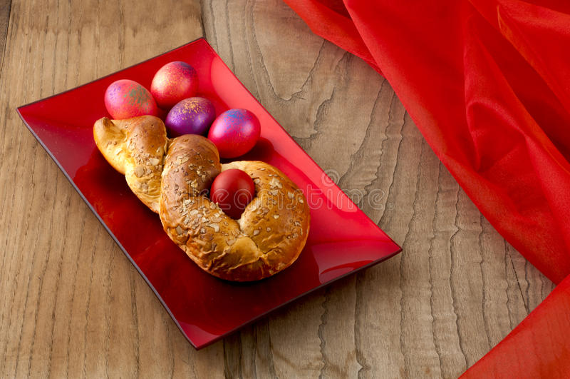 Pan de Pascua y huevos rojos imágenes de archivo libres de regalías