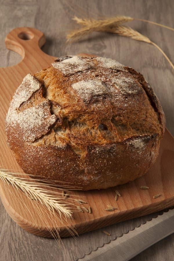 Pan de Rye en un de madera foto de archivo