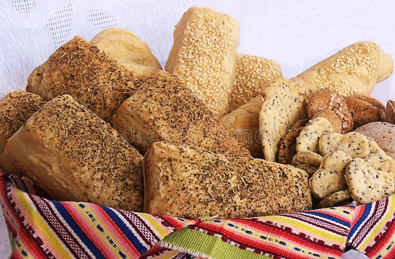 Pan del artesano y cesta de las galletas fotos de archivo