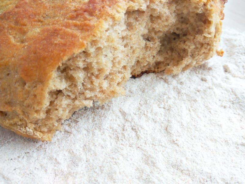 Pan del pan cocido fresco del trigo y de centeno con la harina blanca en fondo de madera de la tabla fotos de archivo libres de regalías