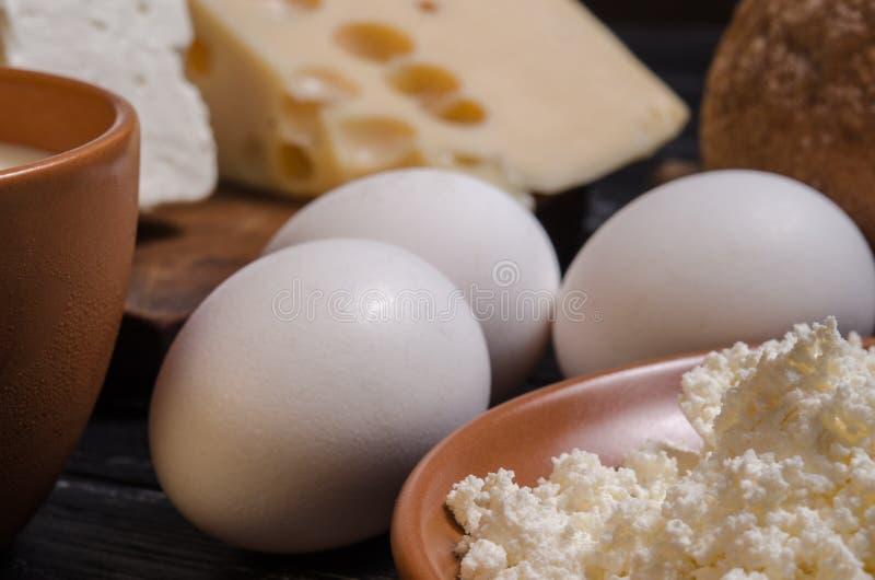 Pan del desayuno, queso, queso Feta, requesón, leche y e rurales foto de archivo