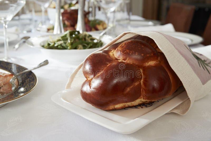 Pan del jalá en una tabla instalada para Shabbat judío, cierre imagen de archivo libre de regalías
