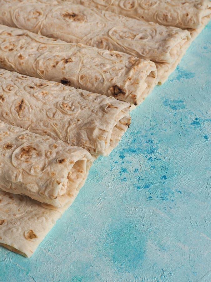 Pan del lavash del pan hecho en casa en fondo azul foto de archivo libre de regalías