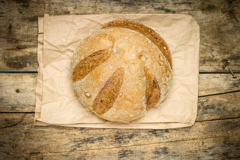 Pan del pan cocido fresco del trigo en el fondo de madera foto de archivo