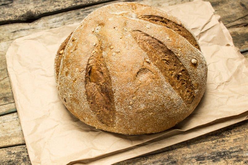 Pan del pan cocido fresco del trigo en la tabla de madera foto de archivo