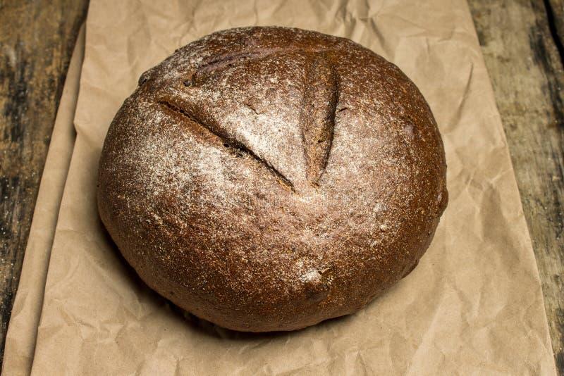Pan del pan de centeno en bolsa de papel fotografía de archivo libre de regalías