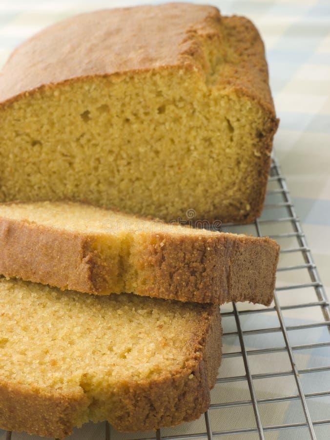 Pan del pan de maíz en un estante de enfriamiento imagenes de archivo