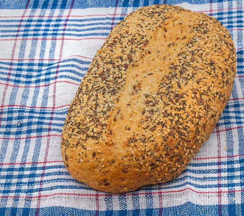 Pan del trigo con las semillas de amapola, las semillas de alcaravea, y las semillas de sésamo foto de archivo