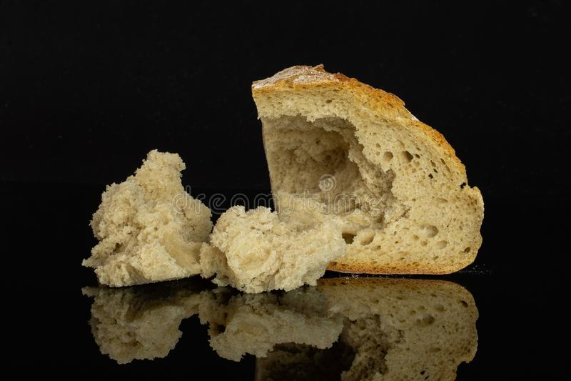 Pan del trigo de Rye aislado sobre el vidrio negro imagen de archivo