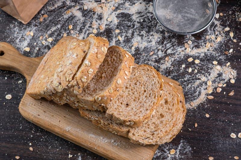 Pan del trigo integral con fila imagenes de archivo