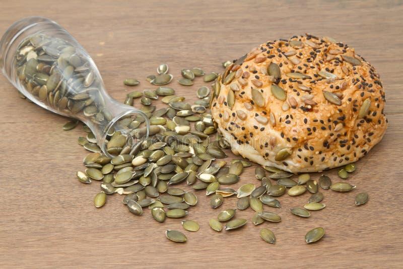 Pan del trigo integral con la semilla de calabaza fotos de archivo libres de regalías