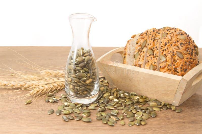 Pan del trigo integral con la semilla de calabaza imagenes de archivo