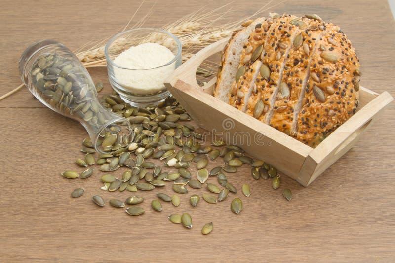 Pan del trigo integral con la semilla de calabaza fotografía de archivo libre de regalías