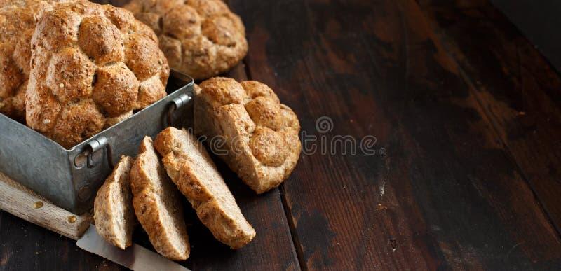 Pan del trigo integral en una tabla de madera imagen de archivo libre de regalías