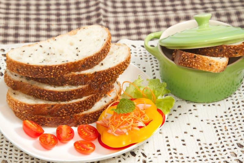 Pan del trigo integral y ensalada de la verdura fotos de archivo