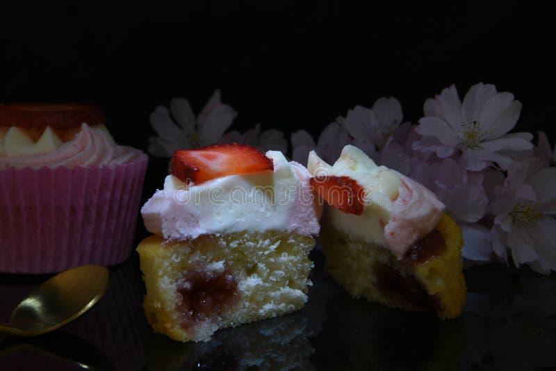 Pan di Spagna al forno della crema e della fragola fotografie stock libere da diritti