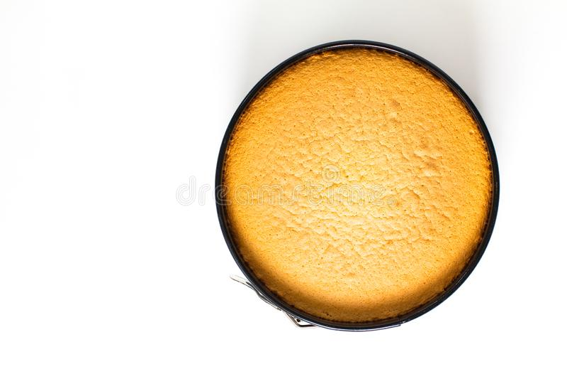 Pan di Spagna casalingo al forno fresco bollente di concetto dell'alimento in stampo per dolci su fondo bianco con lo spazio dell fotografia stock libera da diritti