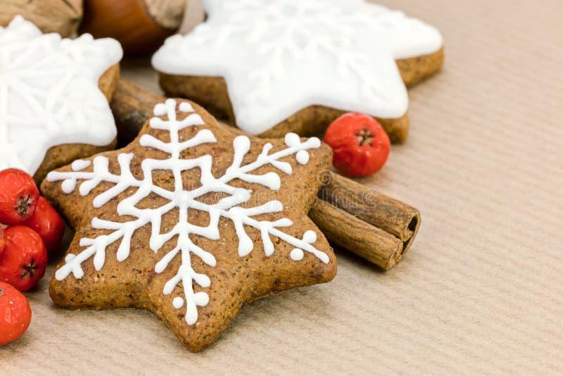 Pan di zenzero casalinghi di Natale nella forma della stella ed in bacche rosse sopra fotografia stock