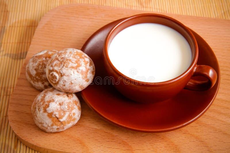Pan di zenzero con latte immagine stock