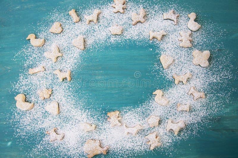 Pan di zenzero con zucchero in polvere su fondo di legno Biscotti di natale Copi lo spazio fotografia stock
