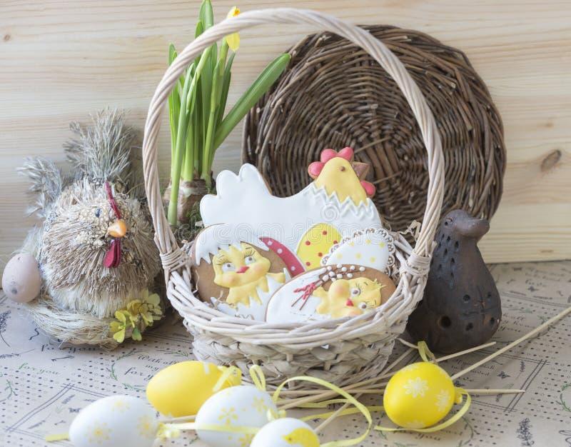 Pan di zenzero di Pasqua in un canestro immagine stock